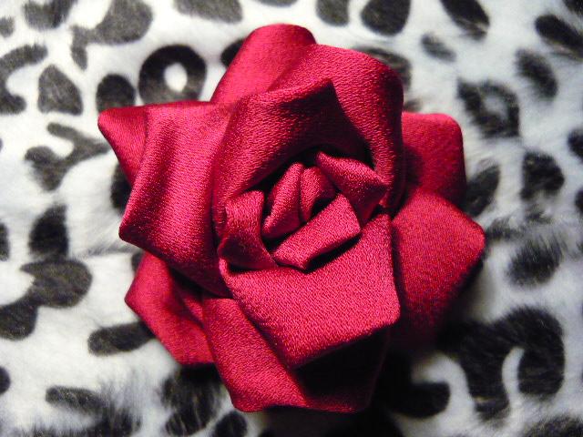 Объемные цветы из ткани в технике канзаши