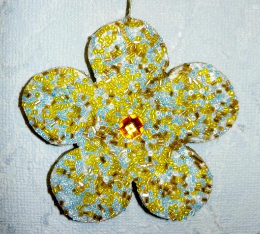 Елочные  игрушки,  декорированные  бисером
