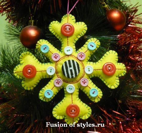 Как сделать новогодние снежинки из ткани и украсить их пуговицами