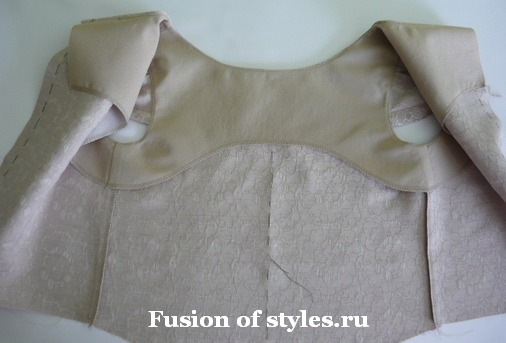 Обработка горловины и пройм лифа с рукавами - крылышками цельнокроеной обтачкой